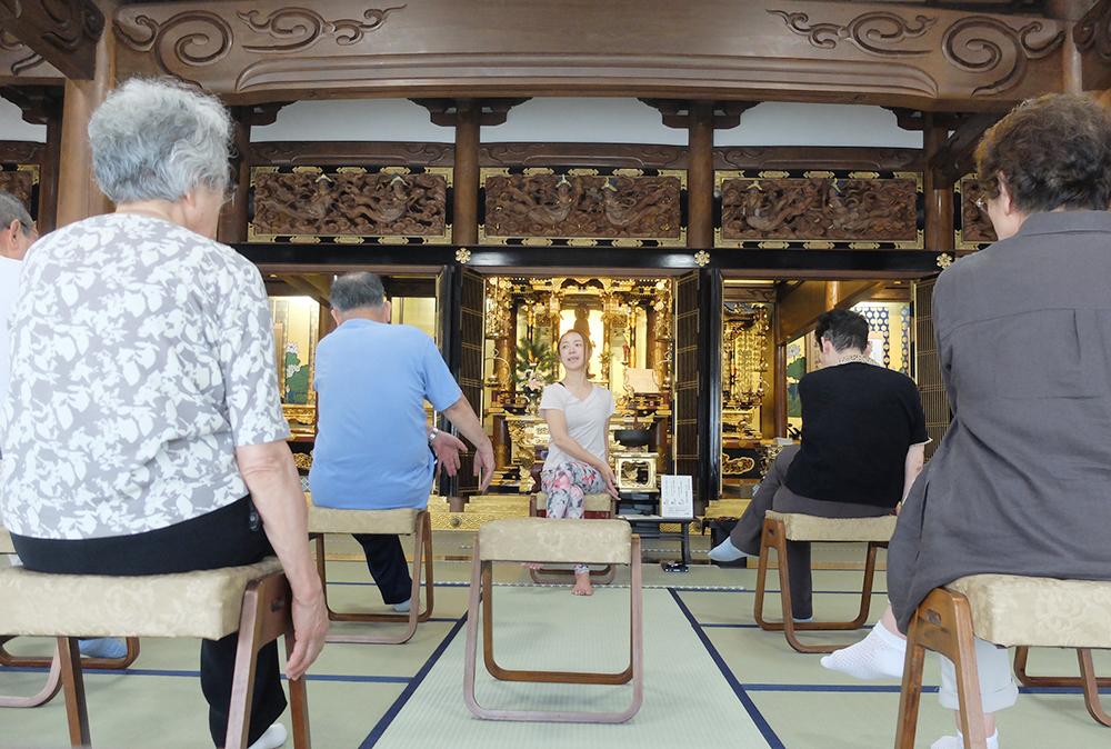 西来寺の寺ヨガ